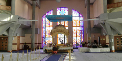 Gurdwara_Sri_Guru_Sigh_Sabha,_Southall,_Main_hall_2